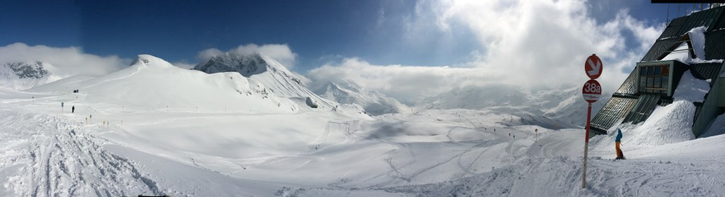 Panorama of the start of the run from the top of the cable car towards Zurs