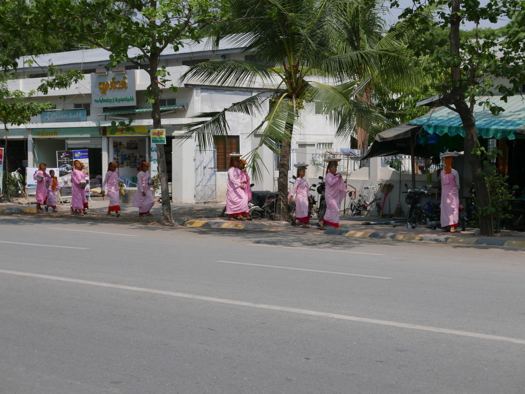 "The ""pink"" nuns of Myanmar (Burma) - Nuns on the street"